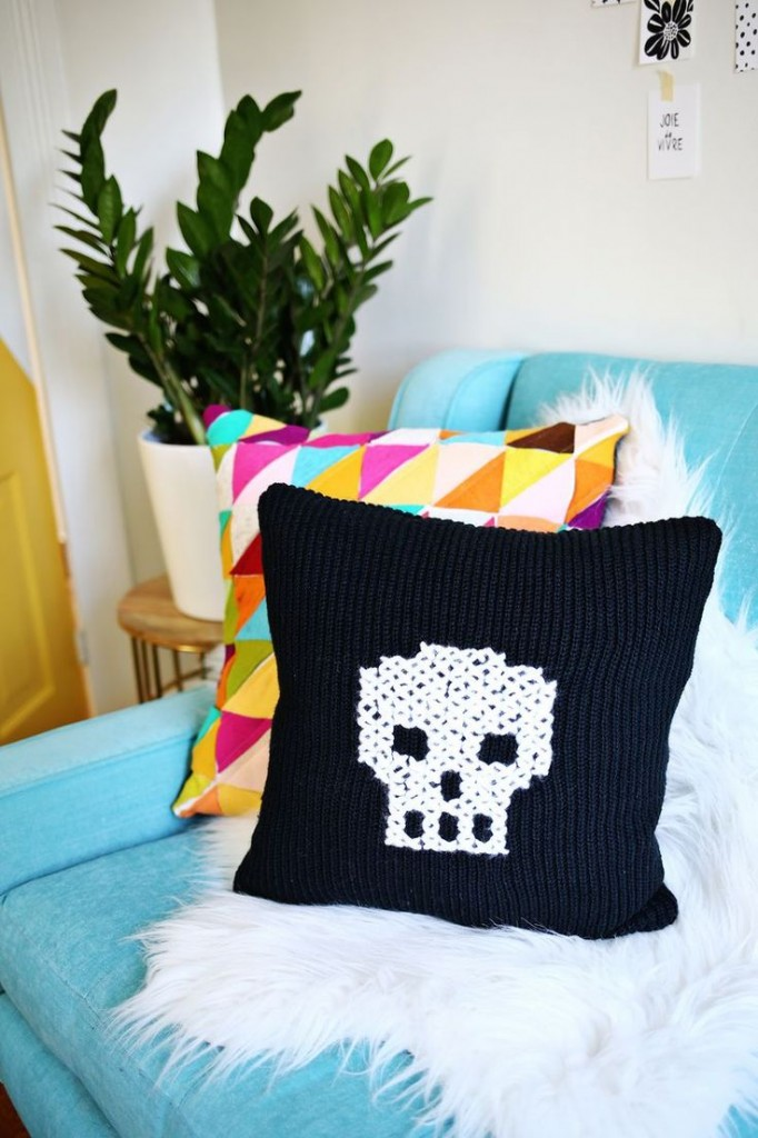 Pin Ups: Sweater Pillow | knittedbliss.com